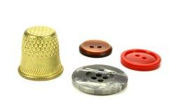 Старые латунные кнопки кольца и цвета для шить на белой предпосылке Стоковые Изображения