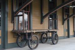 Старые багаж поезда и тележка груза на вокзале Стоковое Изображение