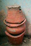 Старые баки плиты и терракоты стоковое фото rf