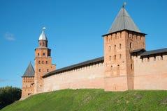 Старые башни Кремля Veliky Новгорода, дня в октябре Россия стоковая фотография