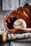 Старые бейсбольная бита и перчатка с шариком Стоковое Изображение