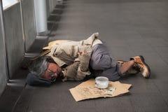 Старые больные попрошайка или бездомные как укомплектовывают личным составом в городе стоковые фотографии rf