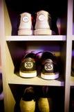 Старые ботинки боулинга помещенные в кухонном шкафе, вертикальной рамке. Стоковые Изображения