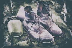 Старые ботинки боя и воинский буфет Стоковые Фото