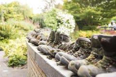Старые ботинки в ряд Стоковая Фотография