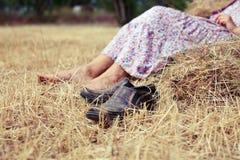 Старые ботинки около стога сена Стоковая Фотография RF