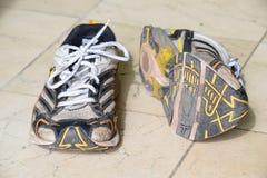 Старые ботинки спорта, старые jogging ботинки, старые тапки, несенные вне резвятся ботинки, старые идущие ботинки спорта Стоковые Изображения RF