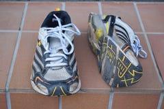 Старые ботинки спорта, старые jogging ботинки, старые тапки, несенные вне резвятся ботинки, старые идущие ботинки спорта Стоковые Фото