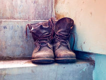 Старые ботинки установили его на лестнице Стоковая Фотография