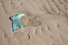 Старые ботинок и нога ботинка печатают на песке Стоковые Изображения RF