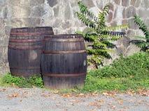 Старые бочонки вина outdoors в солнечности Стоковые Фото