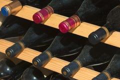 Старые бутылки вина в клетке вина Стоковая Фотография RF