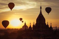 Старые буддийские виски королевства Bagan на восходе солнца Мьянма (b Стоковое Изображение