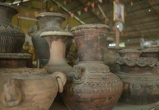 Старые вазы и опарникы глины стоковые фотографии rf