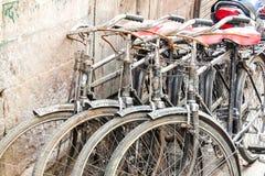 Старые велосипеды припаркованные на улице стоковое фото rf