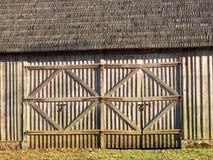 Старые двери амбара, Литва стоковое изображение