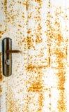 Старые дверь и ржавчина на белой двери стоковое изображение