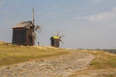 Старые ветрянки в поле Украина Стоковые Изображения RF