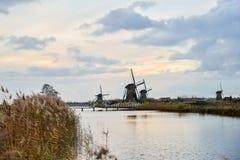 Старые ветрянки в Kinderdijk на восходе солнца, Голландии, Нидерландах, Eu Стоковая Фотография RF