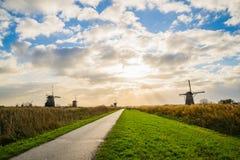 Старые ветрянки в Kinderdijk на восходе солнца, Голландии, Нидерландах, Eu Стоковые Фотографии RF