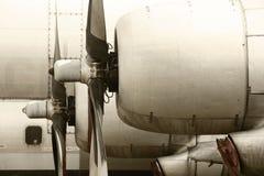 Старые двигатели корпус летательного аппарата и лезвия пропеллера воздушных судн в теплом тоне стоковые фото