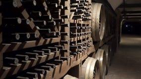 Старые винные погреба склад с бутылками сток-видео
