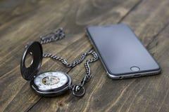 Старые винтажные часы и умный телефон Стоковые Изображения