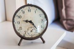 Старые винтажные часы на оформлении таблицы Стоковые Фотографии RF