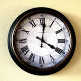 Старые винтажные часы на стене для того чтобы сказать время Стоковые Фото