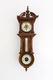 Старые винтажные часы при барометр изолированный на белой стене Стоковые Изображения RF