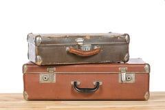 Старые винтажные чемоданы на светлом деревянном столе на белой предпосылке перемещение карты dublin принципиальной схемы города а Стоковое фото RF