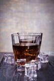 Старые виски и лед Стоковая Фотография