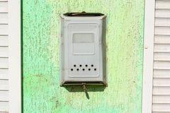Старые виды почтового ящика металла на зеленой стене Стоковые Фотографии RF