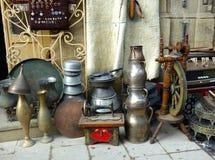 Старые восточные антиквариаты на уличном рынке в Баку, Azerbeijan стоковые изображения