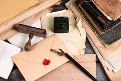 Старые времена - сочинительство письма стоковые фотографии rf
