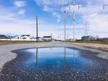 Старые высоковольтные башни провода после дождя стоковое изображение rf