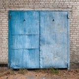 Старые выдержанные голубые двери гаража Стоковые Изображения RF