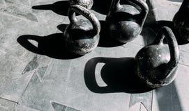 Старые гантели царапины на резиновой поверхности в спортзале в солнечном свете стоковая фотография rf