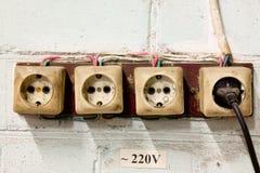 Старые гнезда со штепсельной вилкой на стене стоковое изображение rf