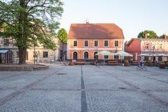Старые городок и улица Солнечный день на ретро городе Cesis 2018 стоковое фото rf