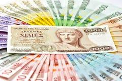 Старые греческие деньги драхмы и евро получают банкноты наличными горящая иллюстрация евро кризиса принципиальной схемы монетки Стоковое Изображение