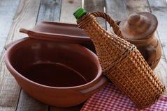 Старые глиняные кувшины с бутылкой ротанга Стоковые Фотографии RF