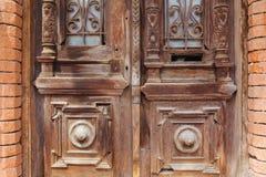 Старые двери в кирпичной стене стоковые изображения