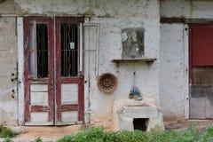 Старые двери красного цвета дома Стоковое Изображение RF