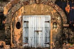 Старые двери погреба стоковые изображения rf