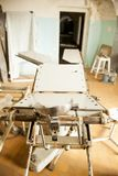 Старые дезертированные больница и операционный стол Стоковое фото RF