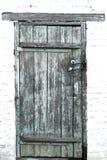 Старые деревянные двери закрыли на 2 padlocks против фона  Стоковые Изображения