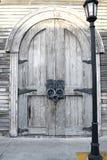 Старые деревянные двери стоковые изображения
