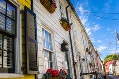 Старые деревянные дома строки и голубое небо Стоковая Фотография