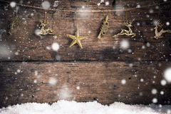 Старые деревянные звезда золота текстуры, северный олень золота и украшение с предпосылкой рождества хлопьев снега Стоковое Изображение